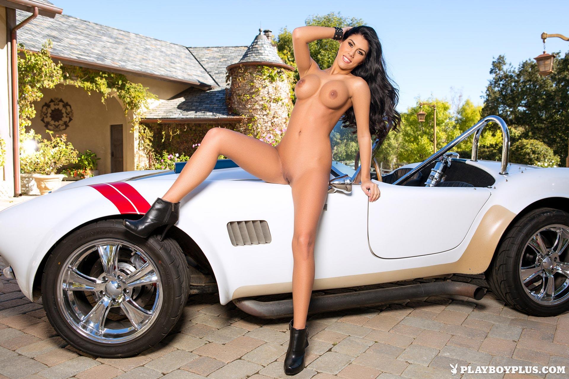 Порно звезда Autumn Lynn абсолютно голая на капоте крутой машины