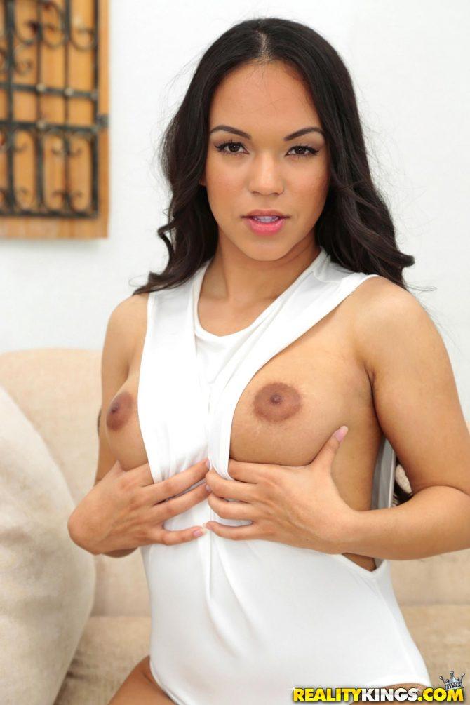 Emily Mena – Latina Especial